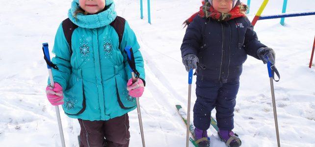 Закрепляем навыки и приёмы в ходьбе на лыжах и развиваем трудовые навыки .
